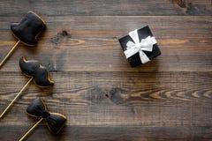 Carte felici di giorno del ` s del padre Smoking, baffi e biscotti e regalo del cappello modello di legno di vista superiore del  Fotografia Stock Libera da Diritti
