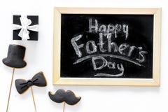 Carte felici di giorno del ` s del padre Smoking, baffi e biscotti e regalo del cappello Vista superiore del fondo bianco dello s Fotografia Stock