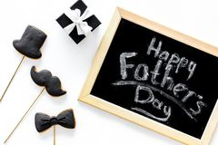 Carte felici di giorno del ` s del padre Smoking, baffi e biscotti e regalo del cappello Vista superiore del fondo bianco dello s Fotografia Stock Libera da Diritti