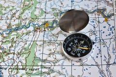 Carte géographique et une boussole photos libres de droits