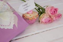 Carte heureuse de jour de mères avec le gâteau et le boîte-cadeau de tasse Photo libre de droits
