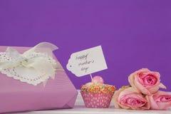 Carte heureuse de jour de mères avec le gâteau et le boîte-cadeau de tasse Images libres de droits