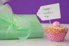 Carte heureuse de jour de mères avec le gâteau et le boîte-cadeau de tasse Photo stock