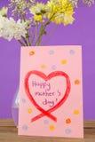 Carte heureuse de jour de mères avec le vase à fleur sur la table Image stock