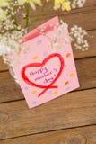 Carte heureuse de jour de mères avec le vase à fleur sur la table Photos libres de droits