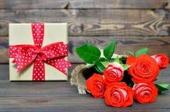 Carte heureuse de jour de mères avec les roses rouges et le cadeau Image stock