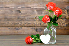 Carte heureuse de jour de mères avec les roses rouges et le coeur Images libres de droits