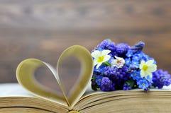 Carte heureuse de jour de mères : Fleurs et pages en forme de coeur de livre Photos libres de droits