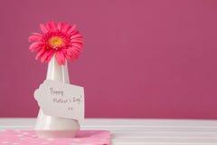 Carte heureuse de jour de mères sur le vase à fleurs Image stock