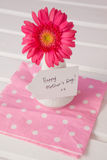 Carte heureuse de jour de mères sur le vase à fleurs Photographie stock libre de droits