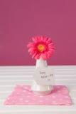 Carte heureuse de jour de mères sur le vase à fleurs Images stock
