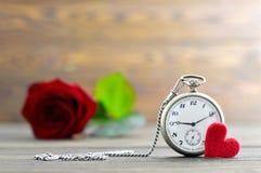 Carte heureuse de jour de pères avec la montre de poche et la rose de rouge Image libre de droits