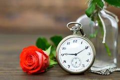 Carte heureuse de jour de pères avec la rose de rouge et la montre de poche Images libres de droits