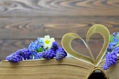 Carte heureuse de jour de pères : Fleurs et pages en forme de coeur de livre Image libre de droits