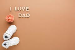 Carte heureuse de jour de pères sur le fond de texture de liège Image libre de droits