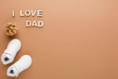 Carte heureuse de jour de pères sur le fond de texture de liège Photos stock
