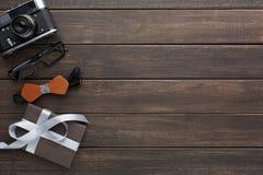 Carte heureuse de jour de pères sur le fond en bois rustique Images libres de droits