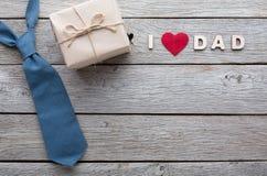 Carte heureuse de jour de pères sur le fond en bois rustique Photo libre de droits