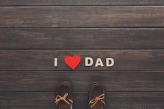 Carte heureuse de jour de pères sur le fond en bois rustique Photographie stock