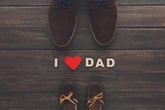 Carte heureuse de jour de pères sur le fond en bois rustique Photos stock