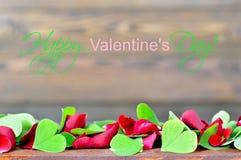 Carte heureuse de jour de valentines avec des pétales de rose et des feuilles en forme de coeur Images stock