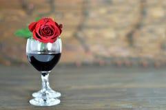 Carte heureuse de jour de valentines avec le vin rosé et rouge Photos libres de droits