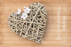 Carte heureuse de jour de valentines, coeur en bois Images libres de droits