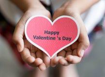 Carte heureuse de jour de valentines sur des mains Images libres de droits