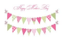 Carte heureuse de jour du ` s de mère de vintage mignon en tant que drapeaux chics minables en forme de coeur d'étamine de textil Image libre de droits