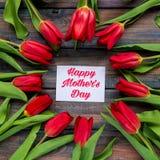 Carte heureuse de jour du ` s de mère avec les tulipes rouges Photo stock