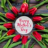 Carte heureuse de jour du ` s de mère avec les tulipes rouges Photos libres de droits