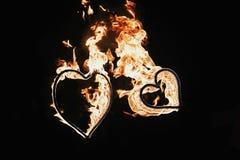 Carte heureuse de jour du `s de valentine deux feux d'artifice formés par coeurs sur le noir Photographie stock libre de droits