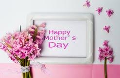 Carte heureuse de jour de mères avec des fleurs de ressort Photos libres de droits