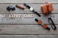 Carte heureuse de jour de pères sur le fond en bois rustique Photographie stock libre de droits