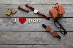 Carte heureuse de jour de pères sur le fond en bois rustique Image stock