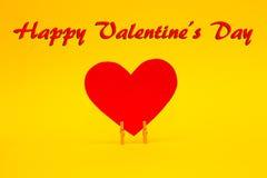 Carte heureuse de jour de valentines avec le coeur de papier rouge Photo stock