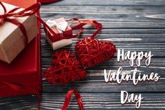 Carte heureuse de signe des textes de jour de valentines présent élégant et deux de rouge Images libres de droits