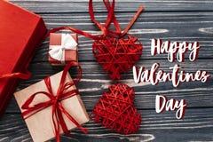 Carte heureuse de signe des textes de jour de valentines présent et hea élégants de rouge Photos stock