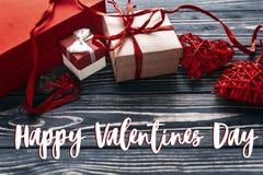 Carte heureuse de signe des textes de jour de valentines présent rouge élégant a de métier Photographie stock