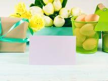Carte jaune verte en pastel heureuse de tulipes de cadeau de fond de Pâques Photographie stock