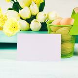 Carte jaune verte en pastel heureuse de tulipes de fond de Pâques Images stock