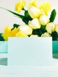 Carte jaune verte en pastel heureuse de tulipes de fond de Pâques Images libres de droits