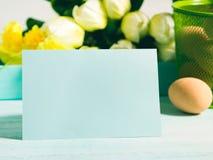 Carte jaune verte en pastel heureuse de tulipes de fond de Pâques Photos libres de droits