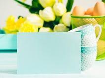 Carte jaune verte en pastel heureuse de tulipes de fond de Pâques Photo stock