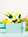 Carte jaune verte en pastel heureuse de tulipes de fond de Pâques Photographie stock