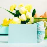 Carte jaune verte en pastel heureuse de tulipes de fond de Pâques Photographie stock libre de droits