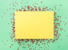 Carte jaune vierge avec de petits coeurs rouges Photo libre de droits