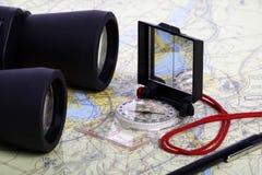 Carte, jumelles et compas -1 Photographie stock