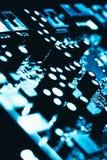 Carte mère d'ordinateur en plan rapproché foncé bleu de fond Images libres de droits