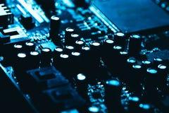 Carte mère d'ordinateur en plan rapproché foncé bleu de fond Photo libre de droits